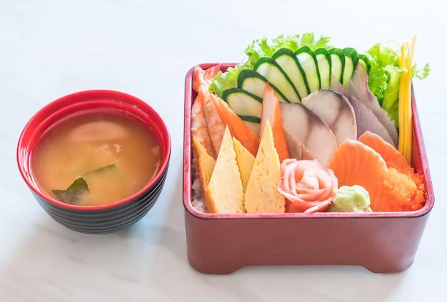 Ruwe verse sashimi met rijst in bentodoos Premium Foto