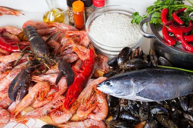 Ruwe zeeproducten en rijst in de keuken Gratis Foto