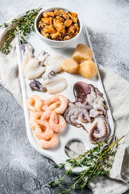 Ruwe zeevruchten overzeese cocktail op ceramisch hakbord. Premium Foto