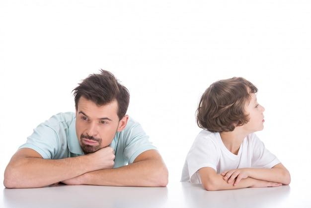 Ruzie gemaakt portret van jonge vader en zijn zoon. Premium Foto