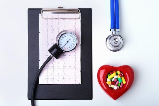 Rx-voorschrift, rood hart, asorted pils en een stethoscoop op witte achtergrond Premium Foto