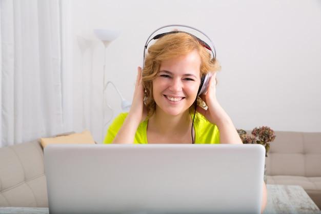 's avonds naar muziek luisteren op een laptopcomputer Premium Foto
