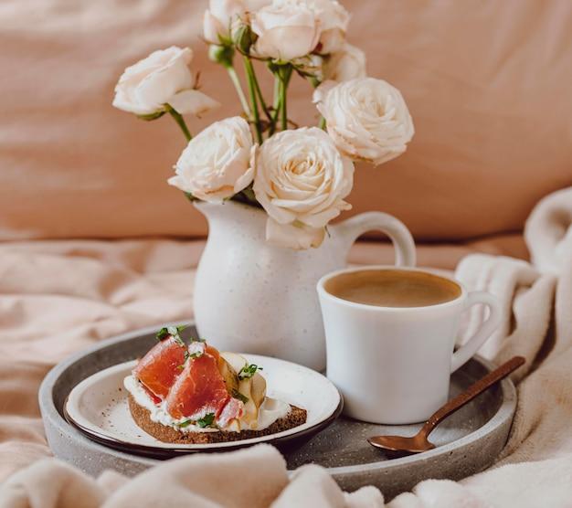 's ochtends koffie op dienblad met grapefruit en sandwich Gratis Foto