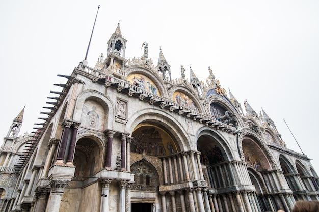 's werelds mooiste plein piazza san marco. foto van het verbazingwekkende historische plein van san marco in de lagunestad van steen venetië in italië Gratis Foto
