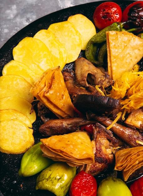 Sac ici azerbeidzjaans voedsel met kip en gegrilde groenten voor het menu Gratis Foto