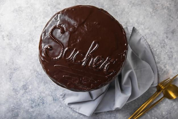 Sacher cake. traditioneel oostenrijks chocoladedessert. zelfgemaakt bakken. selectieve focus, close-up. Premium Foto