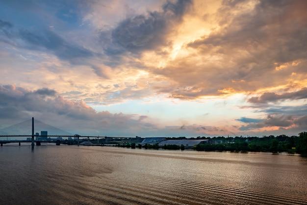 Sacramento river met de golden gate bridge eroverheen tijdens een prachtige zonsondergang in san francisco, de vs. Gratis Foto