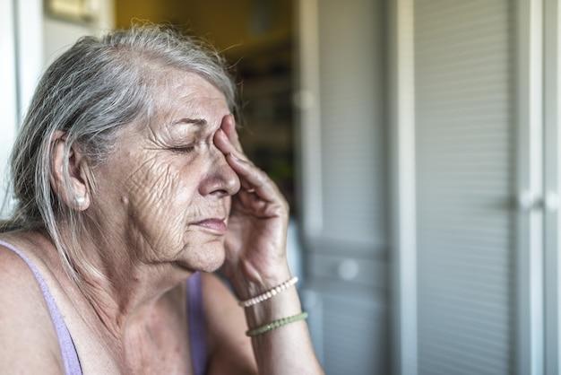 Sad depressief, benadrukt, attent, senior, oude vrouw, somber, bezorgd, bedekt haar gezicht Premium Foto