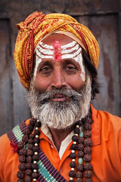 Sadhu bij de pashupatinath-tempel Premium Foto