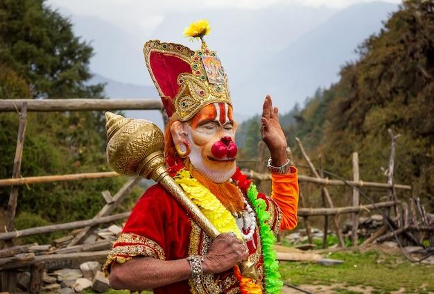 Sadhu met een traditioneel geschilderd gezicht met masker en een speciaal religieus kenmerk in kathmandu in nepal, redactionele foto Premium Foto