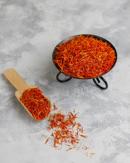 Saffron kruid kruid in houten lepel Gratis Foto