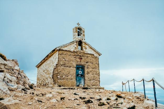 Saint george church in biokovo-berg, kroatië Premium Foto