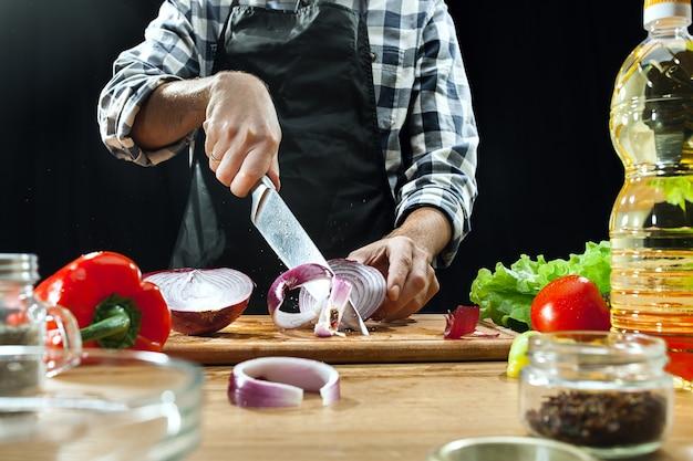Salade bereiden. vrouwelijke chef-kok die verse groenten snijdt. kookproces. selectieve aandacht. de gezonde voeding, keuken, salade, dieet, keuken biologisch concept Gratis Foto