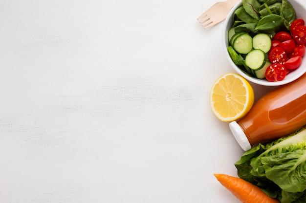 Salade en sap met kopie ruimte Gratis Foto