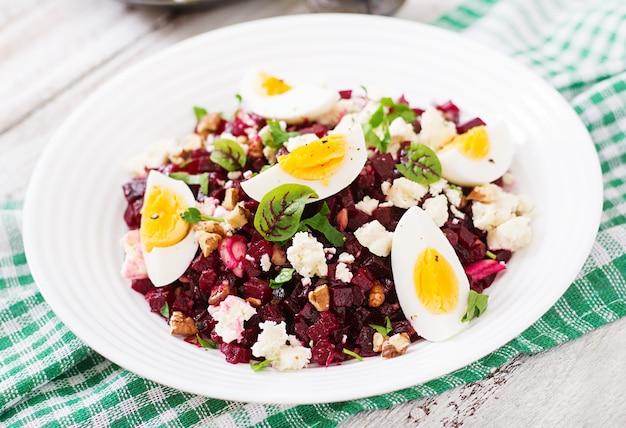 Salade gebakken bieten, feta kaas, eieren en walnoten Premium Foto
