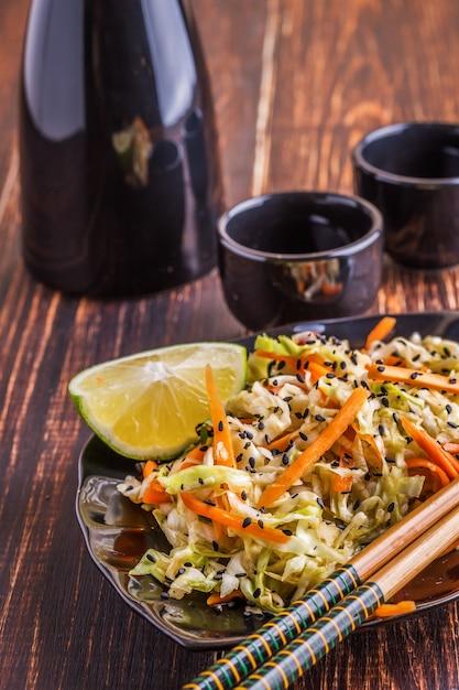 Salade met kool en wortelen Premium Foto