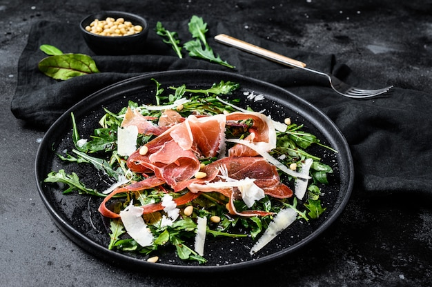 Salade met serrano jamon, ham, rucola en parmezaanse kaas. Premium Foto