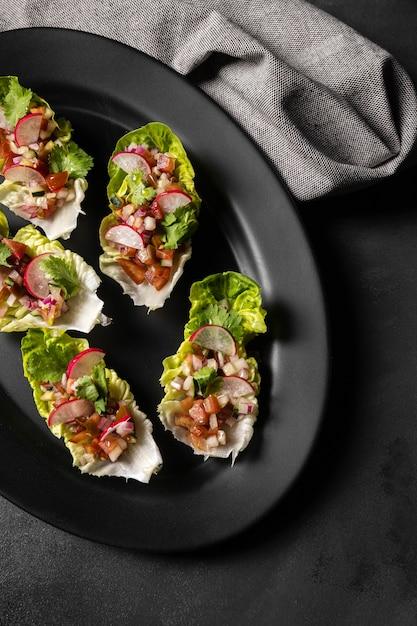 Salade op sneetjes brood en doek Premium Foto