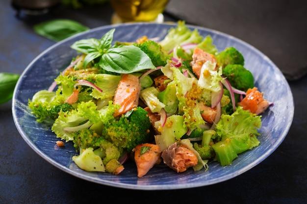 Salade van gestoofde viszalm, broccoli, sla en dressing. vis menu. dieet menu. zeevruchten - zalm. Gratis Foto