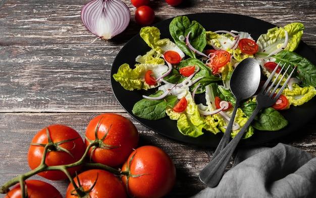 Salade van kerstomaatjes en bladeren Premium Foto