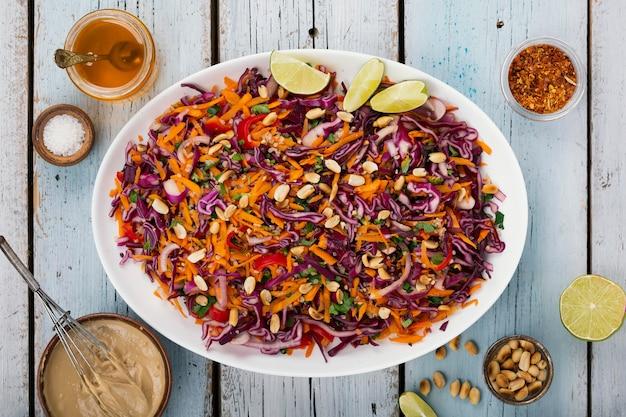 Salade van rode kool. thais koken. salade met gember en pindavulling Premium Foto