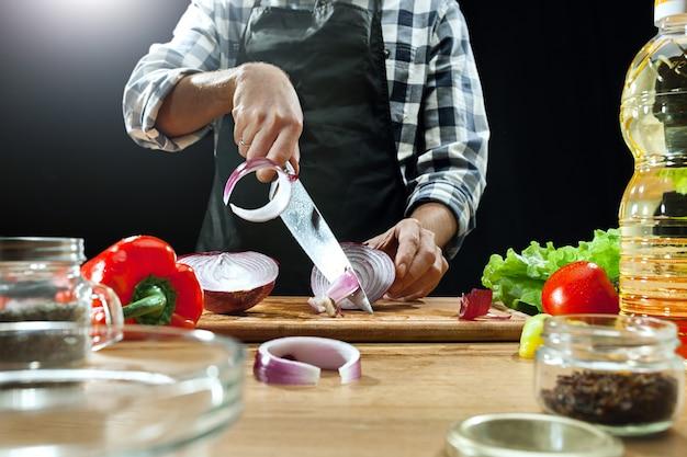 Salade voorbereiden. vrouwelijke chef-kok die verse groenten snijdt. kookproces. selectieve aandacht Gratis Foto