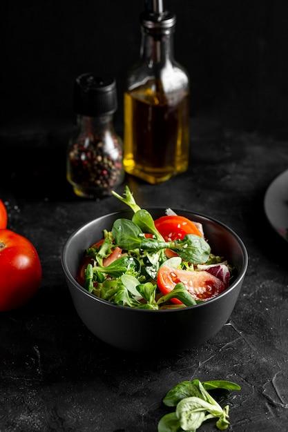 Saladeregeling in donkere kom Gratis Foto