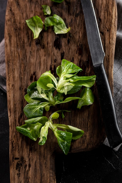 Saladeregeling op houten bord Gratis Foto