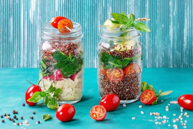 Salades met quinoa in potten Premium Foto