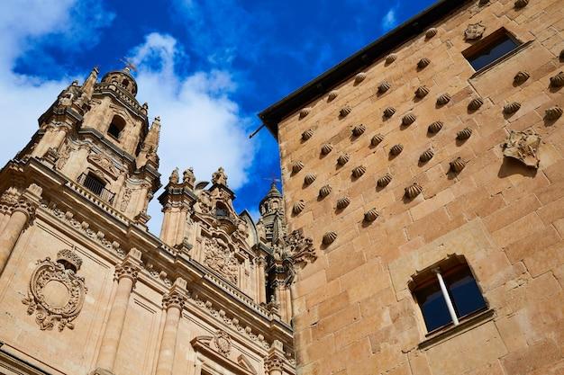 Salamanca clerecia-kerk en casa conchas Premium Foto