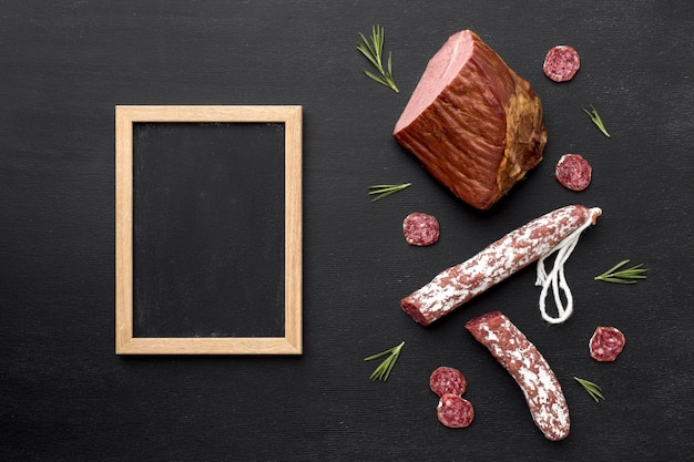 Salami en filet vlees met frame Gratis Foto
