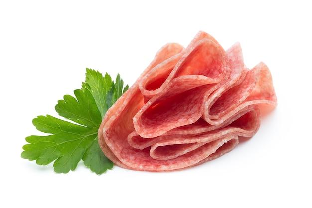 Salami worst plakjes geïsoleerd op wit Premium Foto