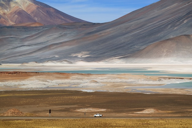 Salar de talar zoutvlakten aan de voet van de majestueuze cerro medano in het noorden van chili Premium Foto