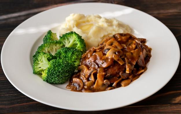 Salisbury steak met gestoomde broccoli en aardappelpuree Premium Foto