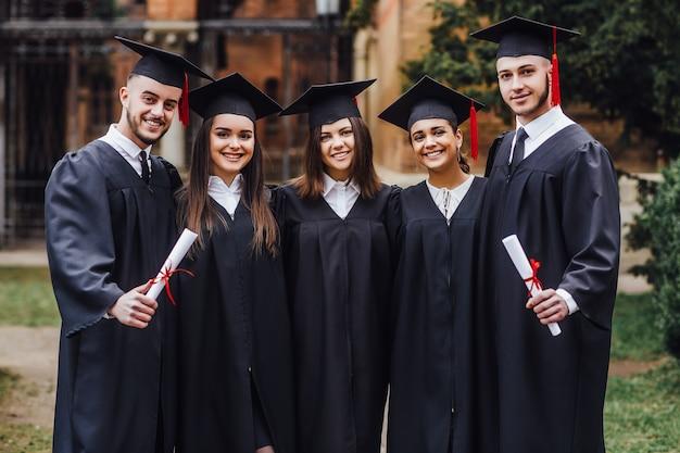 Samen studeren. groep studenten die zich in campus bevinden Premium Foto