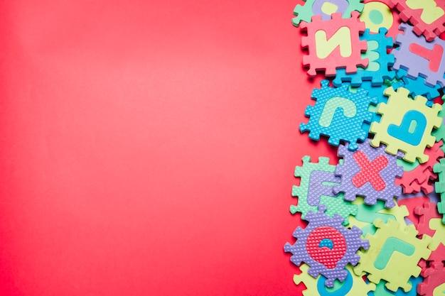 Samengestelde puzzels op roze Gratis Foto