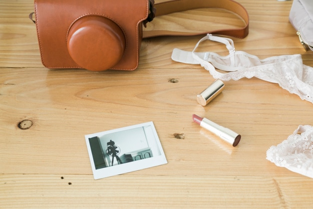 Samengestelde vrouwelijke dingen met fotocamera Gratis Foto
