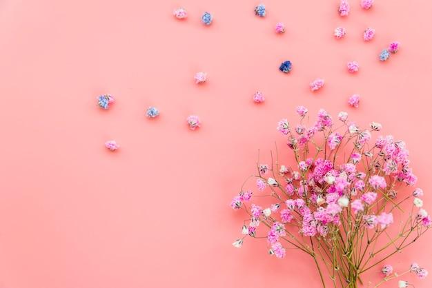 Samenstelling met boeket van roze bloemen op roze achtergrond Gratis Foto