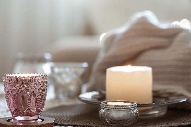 Samenstelling met kaarsen op tafel in de woonkamer Gratis Foto