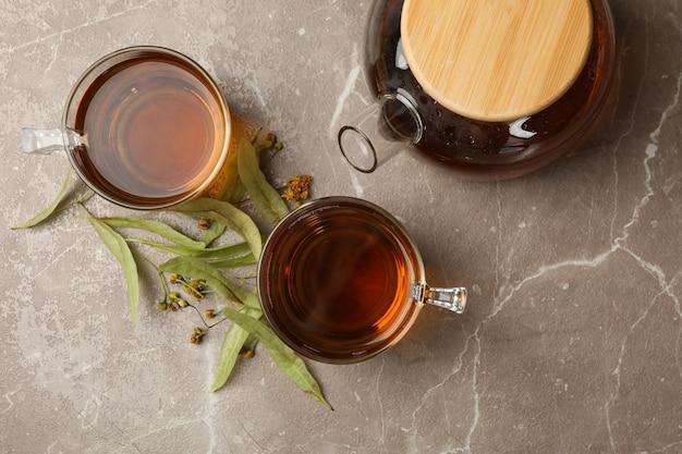 Samenstelling met linde thee op grijs, bovenaanzicht. natuurlijke thee Premium Foto