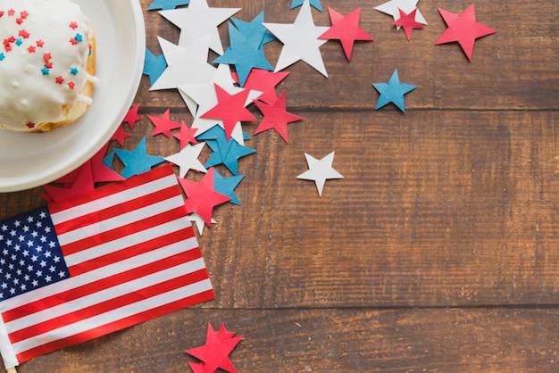 Samenstelling van amerikaanse vlagsterren en cake Gratis Foto