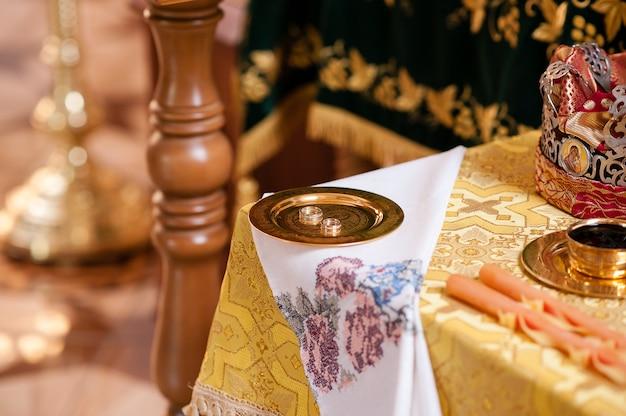 Samenstelling van attributen voor de bruiloft. Premium Foto
