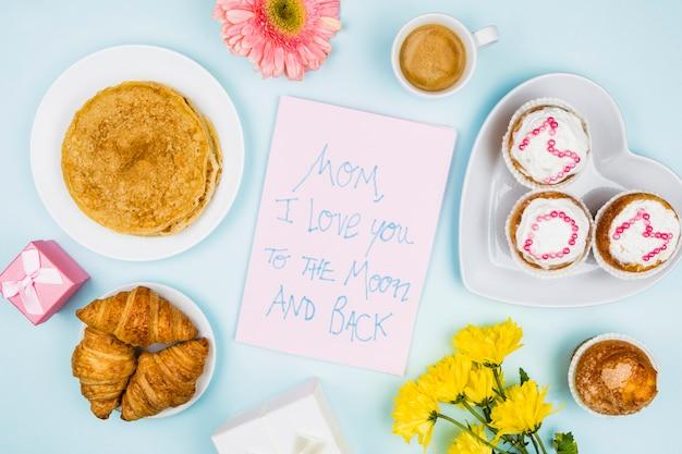 Samenstelling van bakkerij, bloemen en papier met woorden Gratis Foto