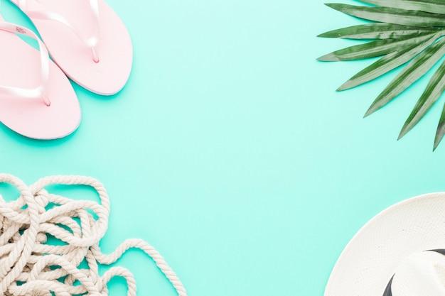Samenstelling van flip-flops touw hoed en blad Gratis Foto