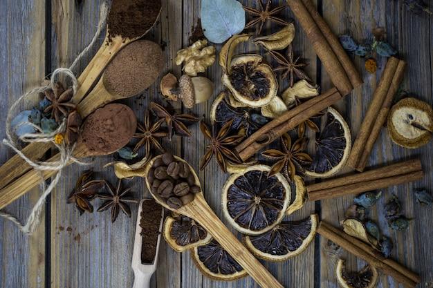 Samenstelling van gedroogde citrusschijfjes, kaneelstokjes en koffiebonen Gratis Foto