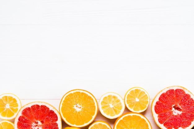 Samenstelling van gesneden tropische citrusvruchten Gratis Foto