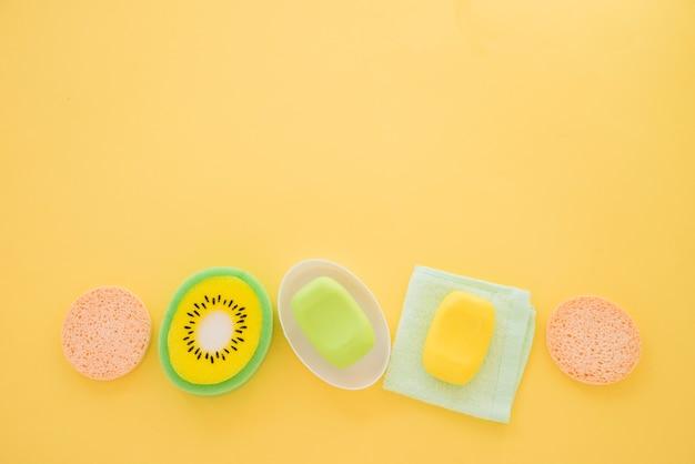 Samenstelling van huidverzorgingsproducten op gele achtergrond Gratis Foto