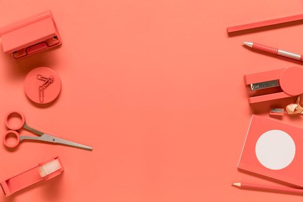 Samenstelling van kantoorbenodigdheden in roze kleur Gratis Foto