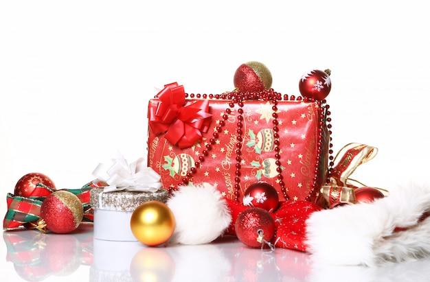 Samenstelling van kerstversiering en geschenkdozen Gratis Foto