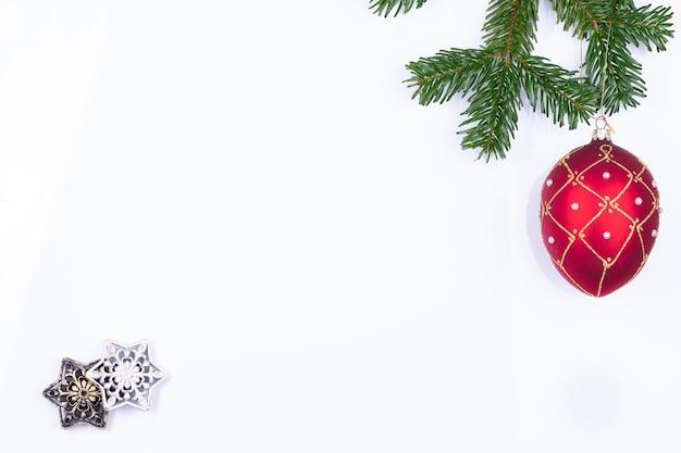 Samenstelling van kerstversieringen op fir tree takken geïsoleerd Premium Foto